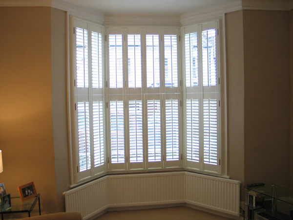 47mm louvres in tier-on-tier style. You do acheive greater privacy but at a cost of some light. A total of 16 panels and tilt-rods
