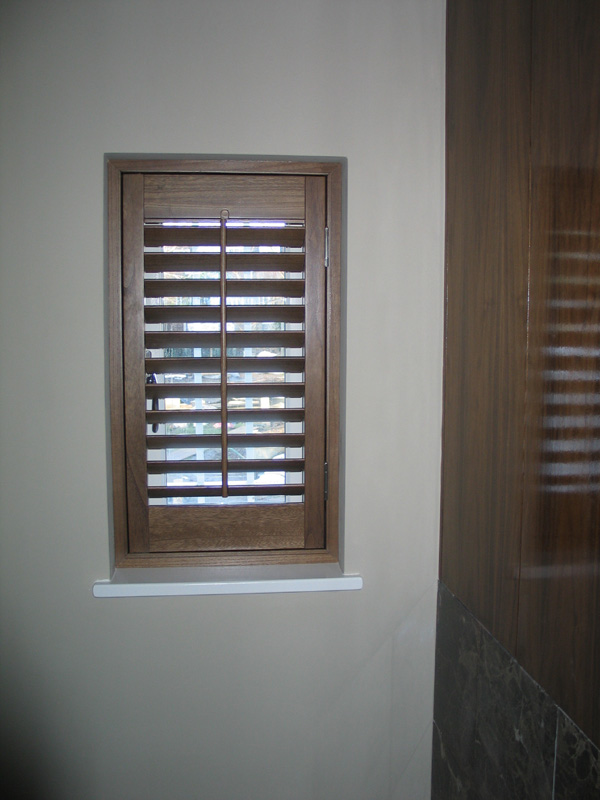 Stained wood shutter with 47mm louvres