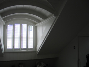 47mm louvres, offset tilt rods, arched shutters Islington