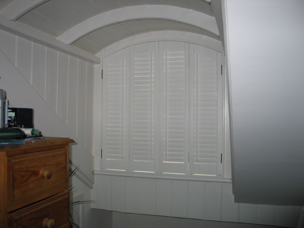47mm louvres, offset tilt rods, arched shutters