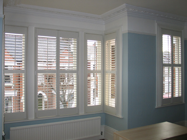 Full height shutters with 63mm louvre and a midrail for excellent control of privacy and light